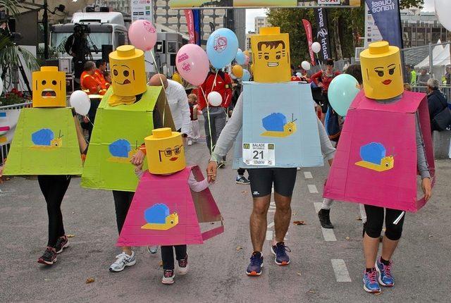 Une famille porte des costumes en carton représentant des personnages Lego